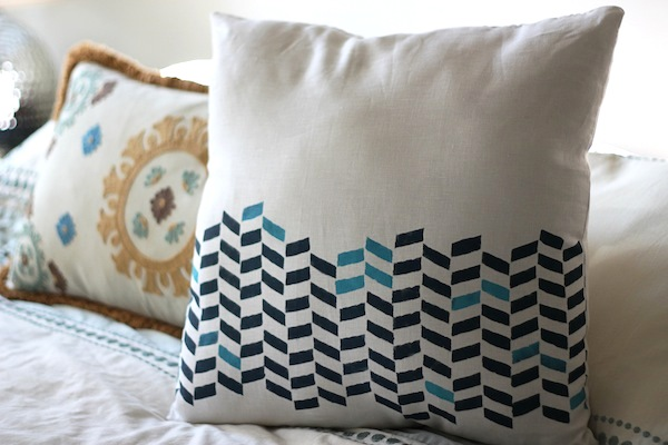 stenciled pillow tutorials