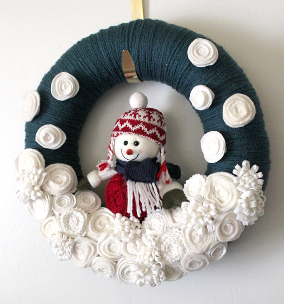 Winter wreath made with felt and yarn.